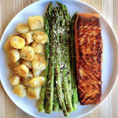 cauliflower gnocchi, honey-garlic-chipotle salmon, and grilled asparagus . Crispy cauliflower gnocchi, honey-garlic-chipotle salmon, and grilled asparagus . Healthy Meal Prep, Healthy Snacks, Healthy Eating, Healthy Recipes, Meat Recipes, Healthy Dinners, Healthy Food Plate, Clean Eating, Dinner Recipes