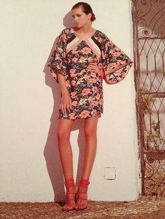 Comenzamos el dia entre flores y colores...con este maravilloso vestido de la mano de Strena.....a mi me ha fascinado!!!!!