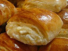 These rolls, flavored and flavored with cow cheese, are an indescribable delight . Russian Cakes, Russian Desserts, Russian Recipes, Romanian Desserts, Romanian Food, Sweet Pastries, Bread And Pastries, Baking Recipes, My Recipes