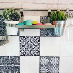 Schwarz & Weiß ergänzt sich wirklich super. Und machen so aus jeder eintönigen Fliesenwand einen echten Hingucker. | creatisto Super, Shelves, Interior, Design, Inspiration, Home Decor, Mosaics, Monochrome, Creative