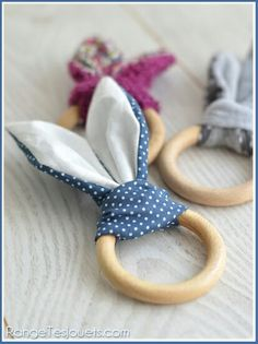 (hochet-lapin-patron-gratuit) this is supposed to be something for a baby, but to me looks like bunny napkin rings Sewing For Kids, Baby Sewing, Diy For Kids, Baby Couture, Couture Sewing, Baby Crafts, Easter Crafts, Easter Ideas, Diy Bebe