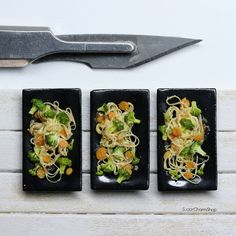 """Tanja - Miniatures no Instagram: """"Stir fry - keeping it simple with carrots and broccoli for a pop of color against the black plates 🥦🥕🍜 and a sprinkle of sesame seeds ☺️ I…"""" Tiny Food, Fake Food, Polymer Clay Miniatures, Dollhouse Miniatures, Miniature Food, Miniature Dolls, Mini Things, Keep It Simple, Stir Fry"""