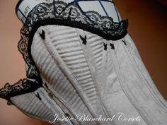 Ref.: CRO 1890 01. Corset Overbust Vitoriano com fechamento frontal por busk em brocado bege com aplicação de rendas e bordados. Site: http://www.josetteblanchardcorsets.com/ Facebook: https://www.facebook.com/JosetteBlanchardCorsets/ Email: josetteblanchardcorsets@gmail.com josetteblanchardcorsets@hotmail.com