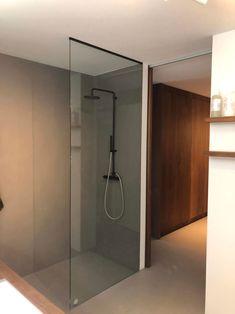 DOUCHEWAND TOT AAN HET PLAFOND zorgt ervoor dat jouw inloopdouche eyecatcher van jouw badkamer wordt. De glazen wand reikt tot aan het tot aan het plafond en is gemaakt van 10mm dik gehard veiligheidsglas met zwarte glasprofielen. Benieuwd naar andere opstellingen voor een douchewand tot aan het plafond? Bathroom Layout, Bath Time, Aluminium, Bathtub, Ceiling, Shower, Design, Inspiration, Profile