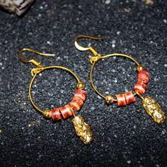 """Modèle Unique """"IVY"""" / Création Bijoux par Stee  Boucle d'Oreille Anneau doré perle de pierre saumon et perle en métal doré sculpté  *** SUMMERTIME - Collection Printemps/été 2014***  >Anneau doré >Perle de pierre saumon effet usé >Perle en métal doré sculpté >Longueur 6 cm (dont crochet) / Diamètre 2,4 cm >Apprêt et crochet doré"""