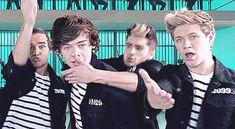 Zarry kiss!! {gif} Look at Zayn's face! He's so determined to get Harry, Hahahahaha!