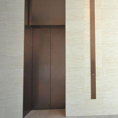 ライム レマン(切りっぱなし)|天然石の通販ならアドヴァン ダイレクトの ADVAN DIRECT Stair Elevator, Elevator Design, Elevator Lobby, Lobby Design, Hall Design, Signage Design, Hotel Corridor, Stair Lift, Lift Design