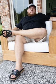 Luke Combs wearing his latest Crocs collab. #lukecombs #crocs #crocsshoes #sandals Comfy Shoes, Comfortable Shoes, Country Singers, Country Music, Crocs Slides, Crocs Classic, Zooey Deschanel, Celebrity Look, High End Fashion