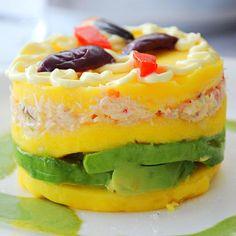 Aprende a preparar causa limeña con esta rica y fácil receta.  La causa limeña es un plato típico de la cocina peruana y su ingrediente más característico es la papa...