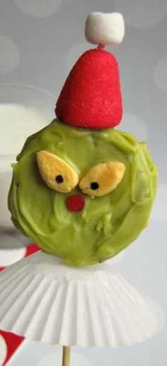 Grinch Oreo Pops How-To ~ so cute. Fun for a night of watching The Grinch Who Stole Christmas! Christmas Treats To Make, Kids Christmas, Christmas Foods, Christmas Recipes, Xmas, Grinch Snack, Grinch Baby, Watch The Grinch, Grinch Who Stole Christmas