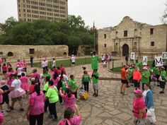These runners are stopping by to get a good look at the Alamo. #AdiosBreastCancer #AlamoCity