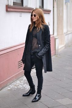 All Black Edgy Outfits: Maja Wyh porte un manteau mac Dorothee Schumacher et . Looks Street Style, Looks Style, Style Me, Black Style, Style Hair, Fashion Mode, Look Fashion, Fashion Black, Net Fashion