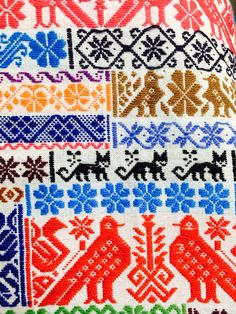 Textil mexicano Fabric Patterns, Crochet Patterns, Mexican Textiles, Mexican Embroidery, Bargello, Aboriginal Art, Flower Basket, Color Shapes, Fabric Design
