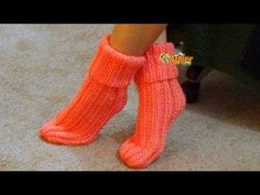Tejer calcetines con dos agujas// Knitting socks with two needles. Knitting Videos, Loom Knitting, Knitting Socks, Sweater Knitting Patterns, Crochet Video, Baby Mobile, Crochet Winter, Crochet Girls, Booties Crochet