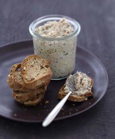 Épluchez et hachez les échalotes, ciselez la ciboulette. Egouttez les sardines à l'huile, retirez les arêtes puis écrasez les filets de sardine avec une fourchette dans un récipient. Ajoutez le Carré Frais, les échalotes, la ciboulette, le vinaigre et du poivre. Mélangez délicatement et placez la mousse deux heures au frais. Pendant ce temps, coupez le pain en fines tranches, faites-les toaster sous le grill. Dégustez bien frais.