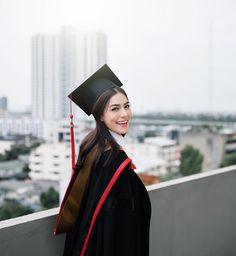 A big smile for the big rehearsal day 🎓🖤📷 By graduation outfit college Graduation Party Outfits, College Graduation Pictures, Graduation Picture Poses, Graduation Portraits, Graduation Photoshoot, Graduation Photography, Grad Pics, School Photography, Graduation Ideas