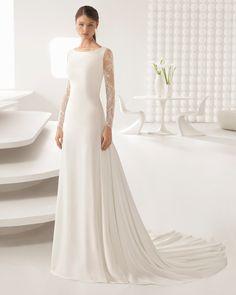 Robe de mariée coupe sirène en crêpe et dentelle, manches longues et dos en dentelle. Collection 2018 Rosa Clará.