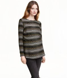 Straight-cut blouse in woven fabric with a printed pattern. Opening at back of neck with a button. Long sleeves.