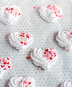 Cake nature fast and easy - Clean Eating Snacks Meringue Pavlova, Meringue Cake, Meringue Kisses, Valentines Food, Valentine Cookies, Meringue Cookie Recipe, Cookie Recipes, Köstliche Desserts, Delicious Desserts