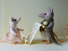 Voor de allerliefste papa, Het kleine muisje leest een mooi gedicht voor, het gedicht is aan de grote kant dus vader helpt haar.