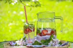 Detox Water: Cleanse Your Body With Fruit-Infused Water - MomTrends Strawberry Detox Water, Strawberry Drinks, Strawberry Recipes, Green Tea Detox, Detox Tea, Lemon Detox, Detox Water To Lose Weight, Healthy Food Swaps, Healthy Drinks