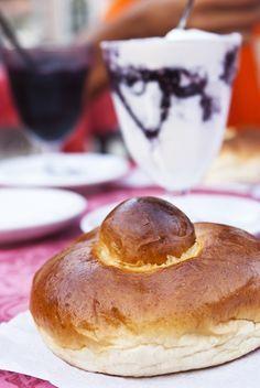 Le Brioche col tuppo: soffici brioche della colazione siciliana, farcite col gelato o granita di mandorle. La forma ricorda lo chignon delle donne siciliane