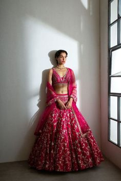 Wedding Lehenga Designs, Designer Bridal Lehenga, Indian Bridal Lehenga, Indian Bridal Outfits, Indian Bridal Fashion, Indian Gowns Dresses, Indian Fashion Dresses, Indian Designer Outfits, Designer Dresses