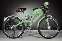El artesano italianoLuca Agnelli mezcla confort y las ventajas de la tecnología actual con el artístico diseño de la vieja escuela. Cada una de estas bicicletas eléctricas está hecha a mano con piezas de motos retro que se remontan a la década de 1950. Desde los bastidores a los depósitos de combustible, pero reelaborados minuciosamente con modificaciones y accesorios modernos. No hay dos modelos iguales, cada una de sus bicicletas presenta su propio reto creativo.