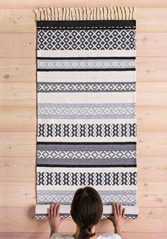 Second Hand Red Carpet Runner Wall Carpet, Diy Carpet, Diy Mattress, Painting Carpet, Cheap Carpet Runners, Weaving Textiles, Beige Carpet, Carpet Design, Weaving Techniques