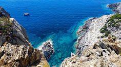 """C'est une de mes photos préférées prise dans un des endroits que je préfère au monde : l'île de Port-Cros un paradis sauvage et préservé au large d'Hyères. Et pour la première fois 3 de mes photos paraissent dans un beau livre : le livre """"Hyères et ses îles"""" qui vient de sortir et qui est un ouvrage MAGNIFIQUE. Plus de 200 photos de Hyères et des Iles d'Or des criques rocheuses à l'eau translucide des sentiers au-dessus desquels dansent les pins de la presqu'île qui s'avance ourlée de sable…"""