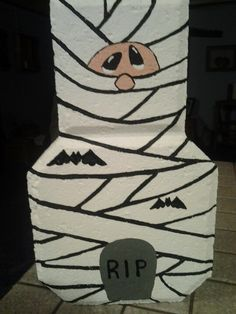 Mummy paver Halloween Arts And Crafts, Fun Crafts For Kids, Summer Crafts, Painted Pavers, Painted Rocks, Cement Pavers, Brick Crafts, Stone Crafts, Pumpkin Carving Party
