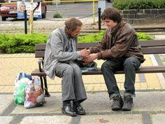 Franciszek Orłowski - dlaczego artysta założył ubrania bezdomnych?  Więcej: http://www.wysokieobcasy.pl/wysokie-obcasy/1,96856,15360499,Granice_bliskosci.html