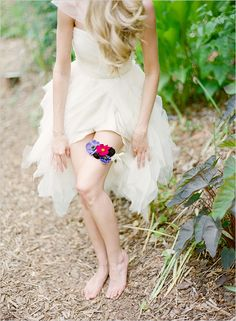 flower garter- i love this idea.  Could pick flowers that would generally match the boquet. How charming