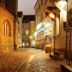 Find a piece of the old Berlin at Nikolaiviertel (Nikolai quarter). The lovely alleys show their medieval atmosphere both at day and night.