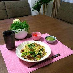 小松菜がシャキシャキして、美味しいよぉ。(^ν^) - 37件のもぐもぐ - 豚肉と小松菜の塩焼きそば、刺身こんにゃく、ミニトマト、ビール by pentarou