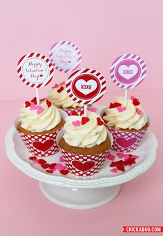 Toppers para cupcakes y para forrar la base de papel >> Free printables from Chickabug for Valentine's Day - super-cute cupcake wrappers and cupcake toppers!
