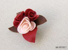 Spilla con rose in pannolenci - colore rosso, rosa e marrone. Perfette idee regalo Natale velocissime.