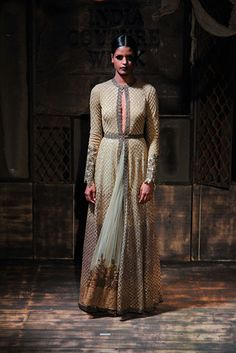 Acclaimed fashion designer, Sabyasachi Mukherjee joined forces with powerhouse, Christian Louboutin to produce one unforgettable bridal collection. Indian Fashion Trends, India Fashion, Asian Fashion, Pakistani Outfits, Indian Outfits, Indie Mode, Desi Wear, Vogue India, Fashion Week 2015