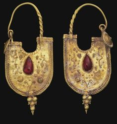 Antique Jewelry Pair of Eastern Roman gold and garnet earrings Tribal Jewelry, Jewelry Art, Jewelry Gifts, Gold Jewelry, Fine Jewelry, Jewelry Design, India Jewelry, Black Jewelry, Jewelry Armoire