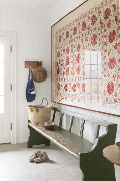 A Nantucket Vacation Home Built on Memories of Summers Past Ein gerahmtes Suzani-Textil fand das per Decoration Hall, Entryway Decor, Beach Decorations, Farmhouse Side Table, Farmhouse Chic, Antique Farmhouse, Deco Design, Hay Design, Foyer Design
