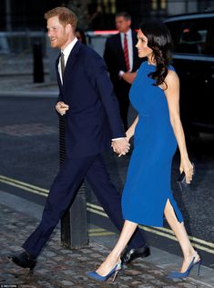 Prince Harry Harry and Duchess of Sussex Princess Meghan Markle looked cheerful and held each other's hands as they arrived at the charity concert in London this evening Prince Harry Et Meghan, Meghan Markle Prince Harry, Princess Meghan, Meghan Markle Outfits, Meghan Markle Style, Lady Diana Spencer, William Harry, Casual Chic, Prinz Harry Meghan Markle