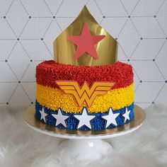 No photo description available. Wonder Woman Birthday Cake, Wonder Woman Cake, Wonder Woman Party, Birthday Woman, Girl Superhero Party, Girls Party, Superhero Cake, Girl Cakes, Birthday Party Themes
