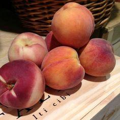 peaches via @Eataly Peach Aesthetic, Aesthetic Food, Cookie Run, Just Peachy, Fruit And Veg, Fresco, Food And Drink, Healthy Recipes, Aesthetics