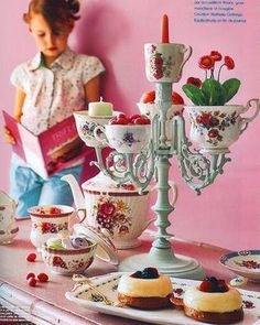 Such a great idea for a tea party or Alice in Wonderland party Cup Crafts, Diy And Crafts, Deco Originale, Deco Floral, Alice In Wonderland Party, Mad Hatter Tea, Mad Hatters, Deco Table, High Tea