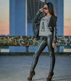 Skin tight imitation leather pants and matching drape front jacket worn with grey T-shirt and boots. Skin Tight Leggings, Shiny Leggings, Leather Pants Outfit, Leather Trousers, New Mode, Leder Outfits, Mode Jeans, Mode Style, Leather Fashion