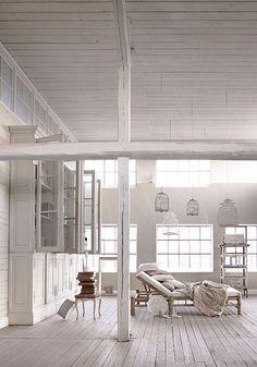 Pour une maison en bord de mer - avoir un bel interieur blanc et spacieux.