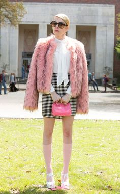 How to Be a Chanel in 9 Easy Steps from Scream Queens Style: How to Be a Chanel. - wanna be a scream queen - Queen Fashion, Look Fashion, 90s Fashion, Fashion Outfits, Womens Fashion, Tokyo Fashion, Fashion 2018, Petite Fashion, Neue Outfits