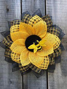 Sunflower Burlap Wreaths, Burlap Flowers, Wreath Crafts, Diy Wreath, Wreath Ideas, Wreaths For Front Door, Door Wreaths, Paper Wreaths, Mesh Wreath Tutorial