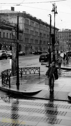 Удивительный город.Петербург.Вчера и сегодня.Ритмы улиц. #фото #ательевесна #санктпетербург #россия #жизнь #уличноефото #время #хроника #горожане #fuji #снимок #лето #foto #city #saintpetersburg #central #streetfoto #atelievesna #life #time #day #камера #фокус #чб #женщина #петербурженка