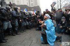 Участница митинга за евроинтеграцию на коленях перед бойцами спецподразделения «Беркут» (Фотограф: Владимир Бородин, «Вести») #vestiua #Kiev #Ukraine  #Europe #euromaidan